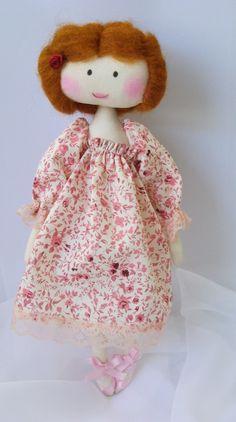 Boneca de pano. http://www.elo7.com.br/boneca-com-cabelo-de-la-penteada/dp/357022
