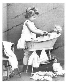 Image detail for -vintage baby bath Vintage Girls, Vintage Children, Vintage Toys, Cute Little Baby, Cute Babies, Little Girls, Vintage Pictures, Old Pictures, Retro Baby
