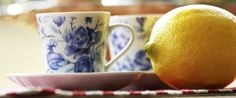 ACQUA CALDA E LIMONE. Bere acqua calda con una spremuta di mezzo limone è il modo giusto per cominciare la giornata.  Questo semplice espediente serve a rafforzare il sistema immunitario, a bilanciare il PH, a perdere peso, regolarizza l'intestino...
