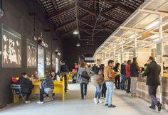 Un'altra veduta degli interni del Mercato Metropolitano con il soffitto originale degli ex magazzini ferroviari di Porta Genova