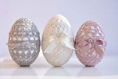 Crochet Easter eggs - this page has been translated from German to English, so enjoy it!Crochet Easter eggs - this page has been translated from German to English, so enjoy it! Holiday Crochet, Easter Crochet, Diy Crochet, Crochet Doilies, Tutorial Crochet, Crochet Russe, Cool Easter Eggs, Easter Pictures, Diy Ostern