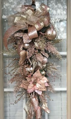 Elegant Christmas decoration for the door of your house in pink and bron . Elegant Christmas decoration for the door of your house in pink and bron . Rose Gold Christmas Tree, Rose Gold Christmas Decorations, Elegant Christmas Decor, Christmas Swags, All Things Christmas, Christmas Holidays, Christmas Crafts, Burlap Christmas, Christmas 2019