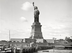 The Statue of Liberty is the first thing the immigrants see when coming to America. It represents freedom and a new life. Chava thinks of herself and the statue as the same. Irish Immigration To America, Old Pictures, Old Photos, Vintage Photographs, Vintage Photos, A New York Minute, Liberty Island, New York Harbor, Manhattan Nyc