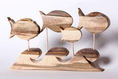 Ryby 02     Drewno orzechowe, impregnowane woskiem    - drewno stanowi przekrój przez warstwy: kora-łyko-miazga-biel-dwardziel.    szerokość: 27 cm  wysokość: 15,5 cm  głębokość: 2 cm