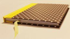 Cuaderno MOW -  100 hojas papel ahuesado, hoja de guarda y cinta color amarillo, tapa forrada en papel y vinilo.