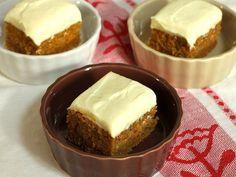 人参2本をまるごと使った、しっとりした自然の甘みが生きているキャロットケーキ。バターや卵の泡立てもいらない、ボウル一つで混ぜるだけで簡単にできるレシピです。