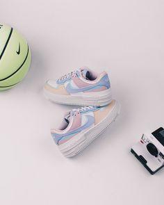 La Air Force 1 Shadow Pastel est disponible sur wethenew.com ➖ 📸 @wethenew Nike Air Force, Nike Roses, Sneakers Fashion, Sneakers Nike, Air Force 1 Outfit, Bleu Violet, Rose Pastel, Pink Nikes, Silhouette