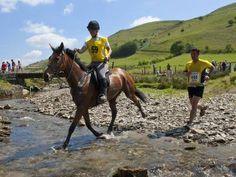 Carreras de caballos contra personas.  Cada año, humanos y equinos disputan una especie de maratón en la campiña de Gales. En dos de las ediciones, se ha impuesto un corredor.  Ver más: https://www.facebook.com/pages/Foro-Horses/729255127151667