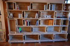 voici une bibliothèque réalisée toujours et uniquement en bois de palette 22 caisses et 2 socles supports
