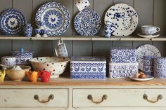 Why not mix up your dresser by adding our Blue Hen and Border tin. What tasty treats do you hide inside yours? Food Storage Containers, Jar Storage, Kitchen Kit, Kitchen Ideas, Emma Bridgewater Pottery, Kitchen Dresser, Pottery Designs, Personalized Mugs, Kitchen Accessories