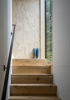 This modern cabin has simple wood stairs to connecting the main social areas of the house with the bedroom. #WoodStairs #StairDesign