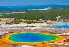 Grand Prismatic Spring no Parque Nacional de Yellowstone em Wyoming, nos Estados Unidos