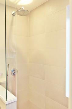 suihkutilan hiekanväriset laatat Abl-laatat #beige #vaalea #suihku #suihkutila #vessa #kylpyhuone #laatat #abl #abllaatat