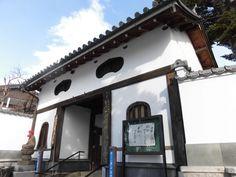 白石城厩口門はその名の通り厩曲輪(神神社 一の鳥居付近)に入る門である。二階に幅の広い格子を設け、その両側と階下に狭間を設置し、北側から迫る敵に対して坂口門と共に本丸を守る重要な防衛拠点としていた。白石地方が上杉領や蒲生領だった時代における北方の敵は伊達家であり、この門が大手門の役割を果たしていたと伝えられている。明治維新後、延命寺山門として三間一戸、二階建瓦葺が移築された。  2016.01.19