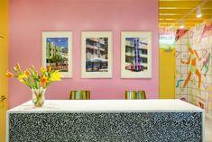 Sasha Bikoff's Take At An St… Sasha Bikoffs Take in einem Jahre inspirierten studio in NYC New York Innenarchitekten Innenarchitekten Innenarchitekturprojekte Sehen Sie mehr an nydesignagend Best Interior Design Blogs, Top Interior Designers, Interior Design Inspiration, Modern Console Tables, Fitness Studio, Hospitality Design, Pink Walls, Apartment Design, York
