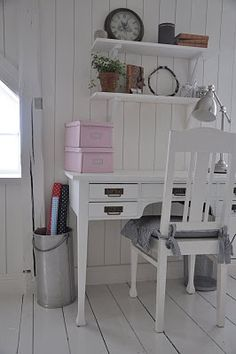 sweet work space in kids bedroom