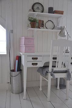 sweet work space in kids bedroom /escritorio en la pieza de las ni~nas