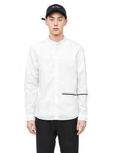 레터링 디테일이 라인이 독특하며 코튼소재의 부드러운 촉감의 스탠다드칼라 셔츠. 포인트 아이템으로 캐쥬얼하게 연출 가능한 셔츠.