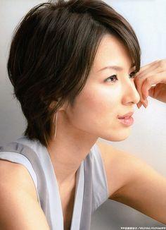 知性を感じさせる上品なショートヘア、といえば女優の吉瀬美智子さん!女性的で大人のセクシーさも漂うショートは、年を重ねても素敵に見えるヘアスタイルですね♪ 大人のショートヘア、ぜひ参考にしてみてください♡ Asymmetrical Hairstyles, Short Bob Hairstyles, Cute Hairstyles, Beautiful Goddess, Beautiful Asian Women, Gorgeous Hair Color, Make Beauty, Asian Celebrities, Salon Style