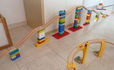 4er Set: rot, blau, grün, gelb. Verwenden Sie diese Adapter Duplo und Ihre hölzernen Zug Tracks machen Brücken, Hügeln, Bergen etc. zu kombinieren. Die Adapter zusammenhalten die Strecke und die Duplo /Lego ohne Verrutschen und reduzieren. Der Adapter besteht aus einem kurzen Holzbahn