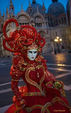Venetian Splendors - This Queen of Hearts costume is in 2 colours (red and gold - my favourites) which keeps it relatively simple, and the mask has been kept relatively plain, making it a very nice contrast to the costume. Overall, I like this costume ver Venice Carnival Costumes, Mardi Gras Carnival, Venetian Carnival Masks, Carnival Of Venice, Venetian Masquerade, Masquerade Ball, Venetian Costumes, Venice Carnivale, Venice Mask