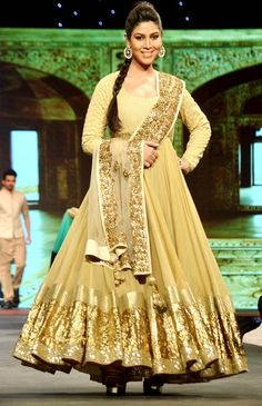 Sakshi Tanwar at Shaina NC's fashion show held in aid of cancer patients. #Style #Bollywood #Fashion #Beauty