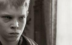 """""""La cinta blanca"""" (2009) es, qué duda cabe, una de las mejores películas del director Michael Haneke. Mezcla de drama costumbrista, análisis socio-histórica, intriga y suspense, el film es acreedor, por méritos propios, de esa consideración tan forzada como arbitrariamente aplicada que conocemos como obra maestra. Increíble desde donde se la mire: guión, montaje, fotografía, estética o interpretación. Cine puro."""