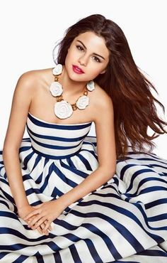 Selena Gomez in Oscar de la Renta                                                                                                                                                      Más