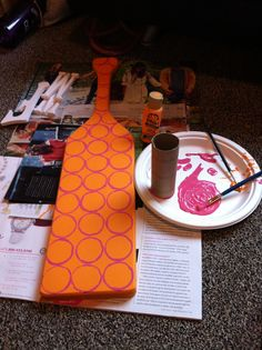 Easy way to paint circles; use a toilet paper roll #painting #paddles #sorority #crafting