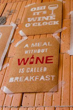 """""""A Meal Without Wine Is Called Breakfast"""" Schild aus Kork selbstgemacht mit Acryl- und Wachsmalfarbe."""