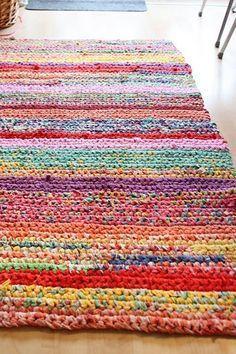 Crochet Rugs: Beautiful & lovely crochet rugs handmade crochet rug - rag rug out of t-shirts dyigpcq Crochet Home, Crochet Crafts, Yarn Crafts, Crochet Projects, Knit Crochet, Diy Crafts, Crochet Rag Rugs, Rag Rug Diy, Crochet Carpet
