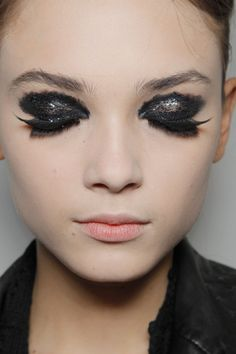 ali-en:    sinolia:    Yohji Yamamoto, fall 2011, focus on makeup    woah serious props to the makeup artist