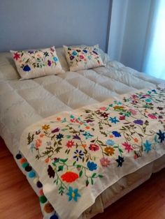 pie de cama y almohadones en bordado mexicano.