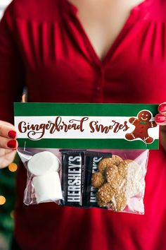 GINGERBREAD S'MORES | CHRISTMAS GIFTS AND FREE PRINTABLES | 6 of the easiest Christmas gifts ever! These candies/treats are put in a snack-size ziplock bag and you can staple on the FREE printable bag toppers! chelseasmessyapron.com