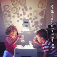 Reggio - using the OHP {An Everyday Story} Reggio Emilia, Sensory Lights, Emergent Curriculum, Overhead Projector, Preschool Education, Shadow Play, Play Based Learning, Light Project, Light And Shadow
