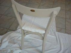 Etiquette laiton sur dossier chaise