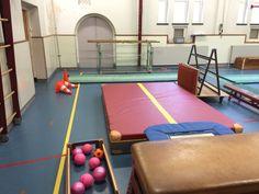 Jumpbal. Vanaf de kast ik de trampoline springen en probeer te scoren. Na een doelpunt een pion omgooien zodat de keeper kan zien wanneer hij/zij een andere keeper moet aanwijzen. Eventueel mattenkar als obstakel plaatsen voor de dikke mat.