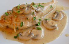 Deliciosas pechugas de pollo bañadas en una suave y cremosa salsa de con trozos de champinones.