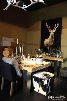 Une table d'hiver en argent et brun