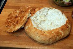 """Ik begin steeds meer plezier te krijgen in het koken van eenvoudige gerechten met weinig ingrediënten. Het verbaast me gewoon keer op keer dat gerechten met zo weinig, zo ontzettend smaakvol kunnen zijn. Direct na de eerste hap van dit gevulde Turkse brood keken Johan en ik elkaar aan: """"Wauw, wat is dit lekker!"""", riepen we…"""