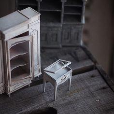 ❤︎ ・ ミニチュア家具いろいろ。 先日、  #nunu先生 に蝶番と留金具を 教えていただきました。 見た目も可愛く、しかも簡単🎶 目からウロコ🐟な出来事でした💨 今まで作ってきた家具の蝶番も これで作りたいと思います😊 ・ ・ ・ ・ ・ ・ ・ ・ ・  #nunushouse #講座 #DIY#アンティーク風 #french #インテリア#ハンドメイド#フレンチ家具#小さいもの#Interior#フレンチインテリア #antique  #Frenchdecor#ショウケース #Atelier#dollhouse#ミニチュア#miniature