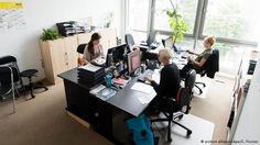 """Берлинский фонд Gute-Tat.de уже давно оказывает поддержку беженцам в германской столице. Теперь он взял на себя функции нового координационного центра для волонтеров. В фонде есть """"горячая линия"""", где могут получить информацию все, кто хочет на добровольной основе оказывать помощь соискателям статуса беженца."""