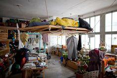 De jeunes architectes et décorateurs d'intérieur ont investi tout un étage d'une usine de peinture désaffectée pour montrer son potentiel et le réhabiliter pour une communauté de vie et de travail. Le but étant d'utiliser des matériaux recyclés et des meubles de récup' pour être dans une démarche écologique et anti-consumériste.