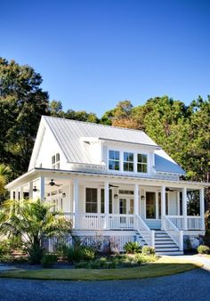 Little white house with porch and tin roof. My dream home in the country some day! Future House, Exterior Tradicional, Little White House, Cute Little Houses, Design Exterior, Exterior Colors, Exterior Siding, Exterior Remodel, Exterior Homes