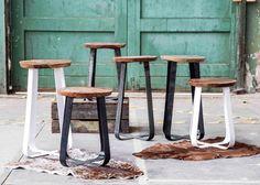 Metallhocker PRAG auch als Barhocker. In schwarz oder weiss jeweils aus schwerem Metall im Industrial Look und massiver Holz-Sitzplatte. Spannender Materialmix für einzigartige Lifestyle Möbel.
