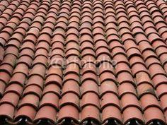 Halbrunde rotbraune Ziegel auf dem Dach eines Wohnhaus auf den Prinzeninseln im Marmarameer bei Istanbul in der Türkei