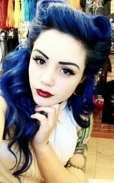 Black and blue hair. Pin-up girl hair styles. Black eyeliner with dark red lips. Retro Hairstyles, Hairstyles Haircuts, Wedding Hairstyles, Layered Hairstyles, Homecoming Hairstyles, Formal Hairstyles, Looks Rockabilly, Rockabilly Blue, Peinados Pin Up