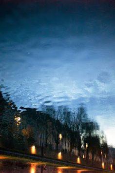 """""""Non è che vada in giro a cercare apposta questo tipo di immagini. Non esco mai di casa senza una fotocamera, e quando inizia a piovere e vedo un'immagine, la scatto!"""" Reflections è il progetto fotografico di Manuel Plantin che ci offre una visione della realtà sotto sopra. Non è un fotografo professionista ma un … Continua la lettura di Manuel Plantin e il suo progetto """"Reflections"""" →"""