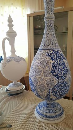 Pottery Sculpture, Sculpture Clay, Blue Pottery, Ceramic Pottery, Pottery Painting, Ceramic Painting, Porcelain Ceramics, White Ceramics, Art Of Glass