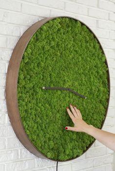 a large moss wall clock with a wooden frame is a stunning piece to add a fresh touch Moss Wall Art, Moss Art, Vertikal Garden, Moss Centerpieces, Deco Zen, Deco Studio, Plantas Bonsai, Vertical Garden Wall, Deco Floral